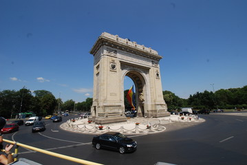 Arcul de Triumf; car; sky; landmark; road