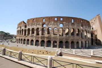 Colosseum; historic site; amphitheatre; landmark; ancient roman architecture