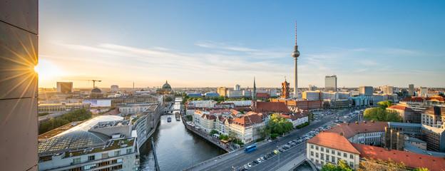 Berlin Mitte Panorama mit Fernsehturm und Blick über die Spree