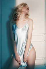 Foto auf AluDibond womenART Sensual blonde in white interior