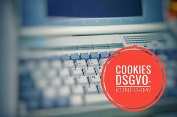 Alter Laptop mit der Aufschrift Cookies DSGVO-konform in englisch Cookies GDPR compliant zum Symbolisieren der Datenschutzgrundverordnung in englisch General Data Protection Regulation