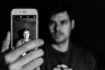 Hombre se hace un selfie