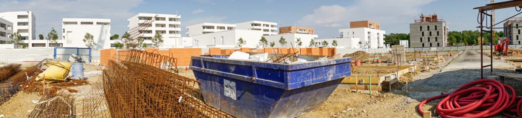 Panorama chantier bâtiment en construction avec benne