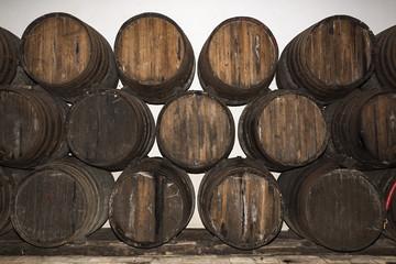 Barriles de vino en bodega.