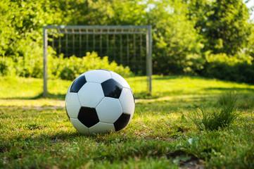 Fussball liegt am Elfmeterpunkt am Boltzplatz im Frühling