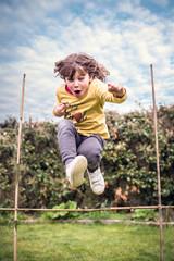 enfant sautant dans le jerdin