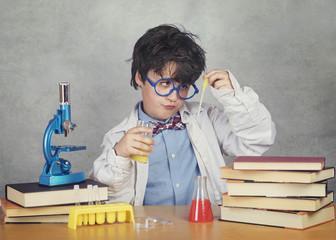 niño científico sobre fondo gris
