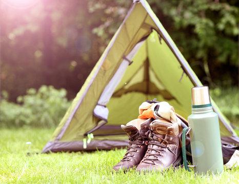 Camping Zelt und Wanderstiefel