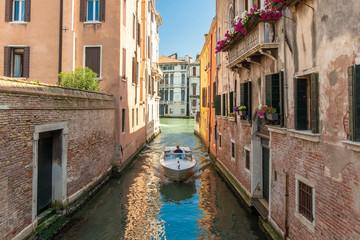 Boot in einem Kanal in Venedig