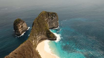 Obraz Wild tropical beach at the foot of the cliff. Tropical beach among rocky cliffs. Karang Dawa, Manta Bay or Kelingking Beach on Nusa Penida Island, Bali, Indonesia. Travel concept. - fototapety do salonu