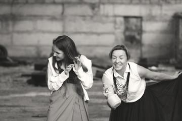 девушка и женщина смеются в заброшенном здании