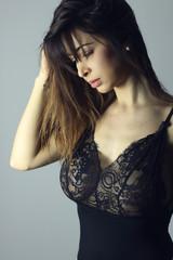 Belle femme brune avec une grosse poitrine portant de la lingerie transparente .