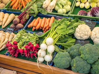 Auswahl an Biogemüse auf dem Wochenmarkt