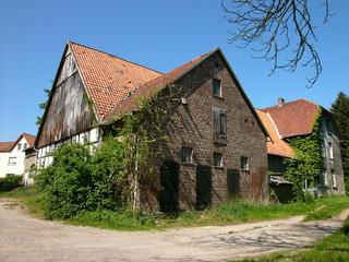 Schönes alres Bauernhaus bei Sonnenschein auf dem Lande in Hagen bei Lage in Ostwestfalen