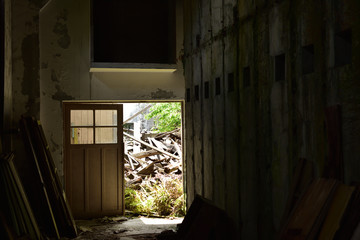 日本の山の中の廃虚