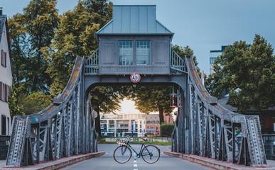 Fahrrad auf einer Drehbrücke zum Sonnenuntergang