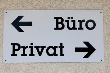 """German Sign """"Office, Private"""", Wegweiser an einem Gebäude, Arbeit und Privatleben trennen"""