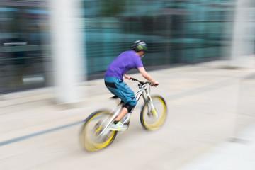 Sportlicher Radfahrer mit Bewegungsunschärfe
