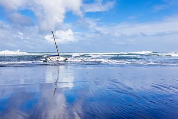 voilier drossé à la côte