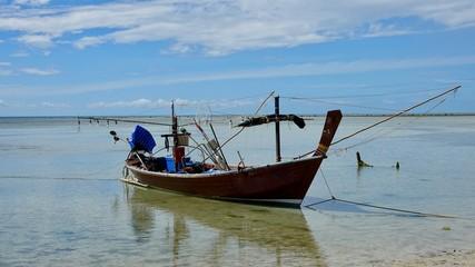 Fischerboote am Strand, am Ufer auf Ko Samui in Thailand