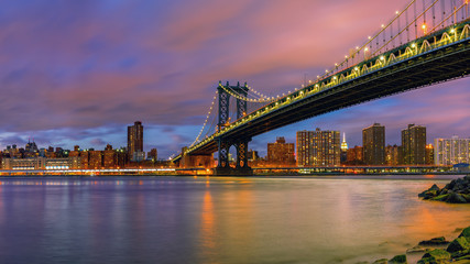 Fototapete - Manhattan bridge and Manhattan after sunset, New York City