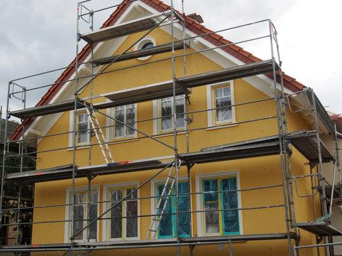 Altbausanierung: Eingerüsteter Altbau, NRW