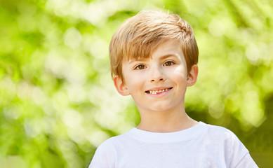 Lächelnder Junge als Geburtstagskind