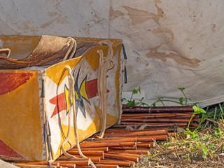 Indianische bemalte Rohhaut Kiste steht auf einer Matte aus Weidenholz