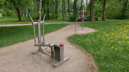 Fitness Geräte in einem öffentlichen Park. Fitness equipment