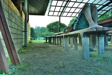 キャンプでの朝をベンチで過ごす