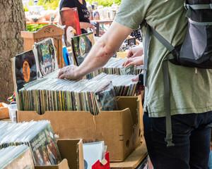 Schallplattensammlung auf dem Flohmarkt