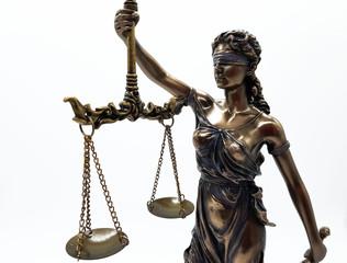 Justitia Figur auf weißem Hintergrund