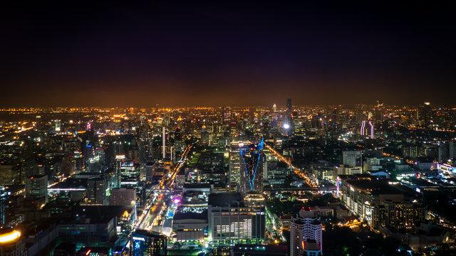 Nächtliches Panorama mit Blick auf Bangkok in Richtung Süden über das Stadtzentrum