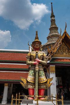 Bangkok, Großer Palast: Großer, farbiger Deva (buddhistischer Wächtergott)
