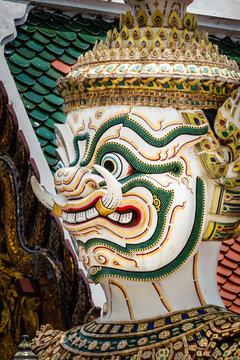 Bangkok, Großer Palast: Buddhistischer Schutzgott (Deva), nur Kopf, weiß, grün