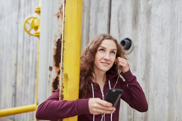 Junge sportliche Frau mit Kopfhörer