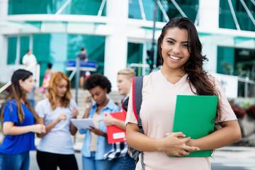 Junge Studentin vor der Uni