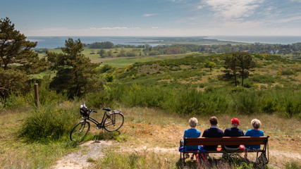 Senioren genießen die Aussicht und die Natur.