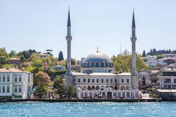 Moschee am Ufer des Bosporus, Istanbul, Türkei