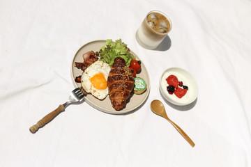 朝食写真, カメラ, ご飯, 朝食,  紅茶, ブレックファスト, ブランチ, 手作り, ホームメイド,  背景, 背景素材, 家, ゆっくり, 食べ物, 料理, 女性, スイーツ, 食事, バックグラウンド, ブレックファースト, 朝食イメージ, 屋内, ライフスタイル, のんびり, イメージ、サラダ、健康、フルーツ、ワンプレート、クロワッサン、目玉焼き、ヨーグルト、コーヒー、カフェオレ
