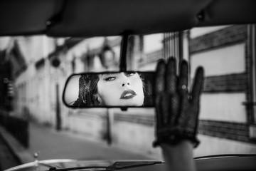 Femme dans le rétroviseur