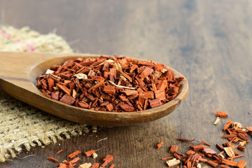 Rotes Sandelholz getrocknet und geschnitten