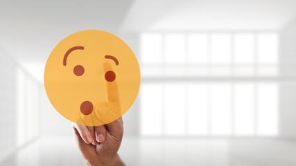 Finger wählt überraschten Smiley aus
