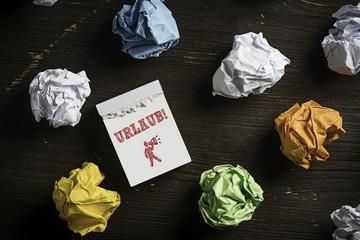 """Papierkugeln mit Abreißkalender und dem Wort """"Urlaub"""""""
