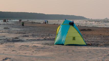 Zelt und Camping Ausrüstung am Strand. Abenteuer an der Ostsee