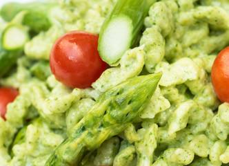 Rucolaspätzle mit grünem Spargel und Kirschtomaten
