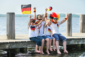 Public viewing am See - begeisterte Kinder als Fußballfans