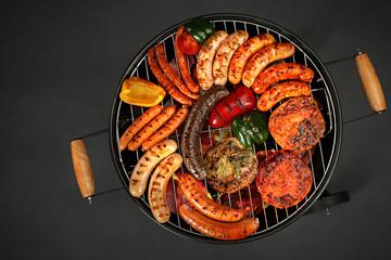 Grillowane mięsa. Kiełbaski i kotlety opiekane na grillu.