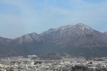 残雪の残る山