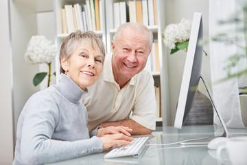 Senioren Paar am Computer Arbeitsplatz